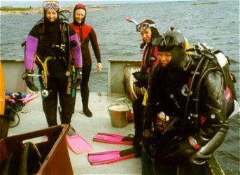 Tiina, Eila, Mari ja Susu Keulakuvan päällä