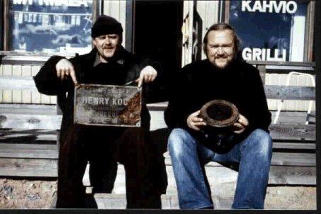 Telakan valmistuskilpi kädessään Veikko Rasinen ja Heikki Moisio virnistävät iloisina hylyn varmistuttua EGGO:ksi. (It is really EGGO)